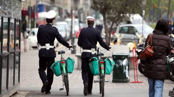 vigili di quartiere di spalle bicicletta