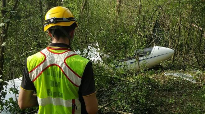 Aliante precipita nel bosco a Tavernerio, ferito il pilota