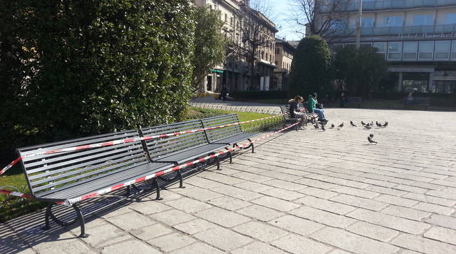 Arrivate le nuove panchine in piazza Cavour a Como