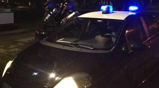 auto carabinieri notte con lampeggianti asso
