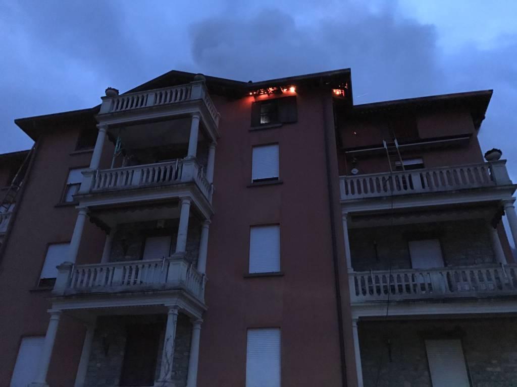 Il fuoco si mangia il tetto della palazzina di Sormano