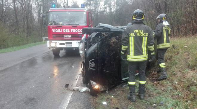 incidente alzate, via giovanni 23esimo, auto ribaltata