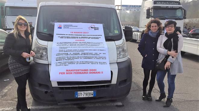 La protesta degli autotrasportatori di Como alla Motorizzazione