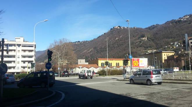 Le tante buche sulle strade di Como: un vero disastro