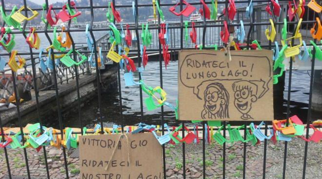 Non solo i lucchetti sul lungolago di Como: ora anche i cartelli