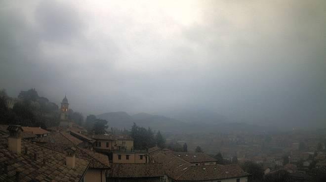 Primo giorno di primavera con pioggia e nuvole a Como