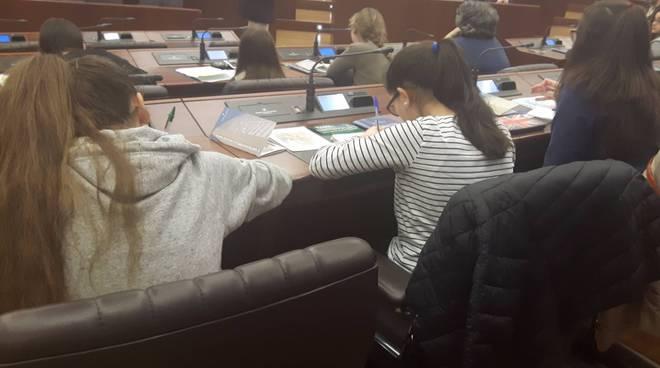 ragazzi medie albese in consiglio regionale milano