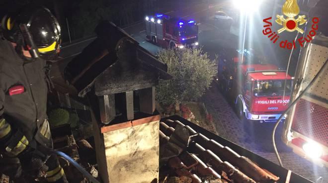 Va in fumo in tetto ad Eupilio, l'intervento dei pompieri