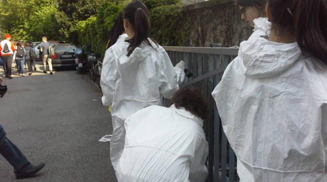alunni media parini puliscono la scuola con comopulita
