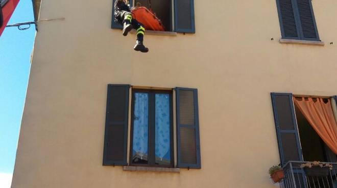 Due persone soccorse con la barella in centro a Casnate