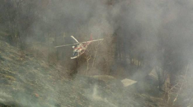 elicottero pompieri incendio monti di garzeno