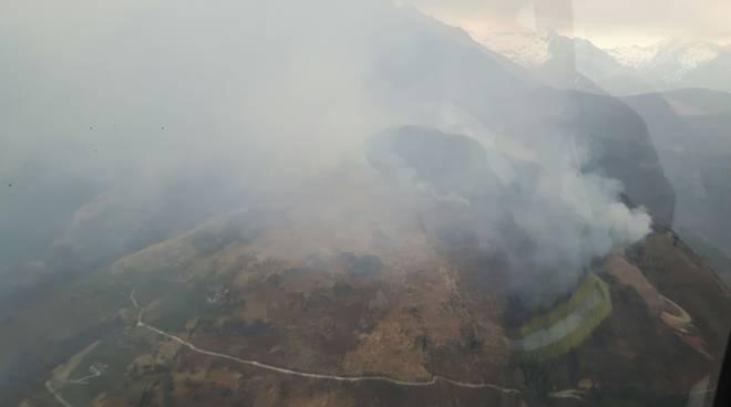 I piromani tornano a colpire: bruciano i boschi dell'alto lago