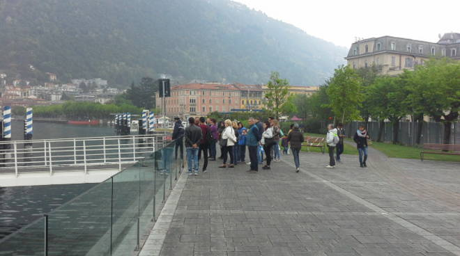 I turisti a Como per il 25 aprile: ombrelli aperti per la gita
