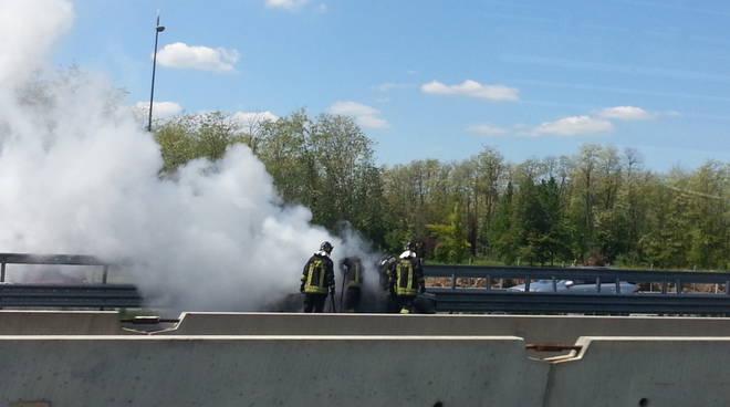 incendio a9 auto, rogo domato dai pompieri