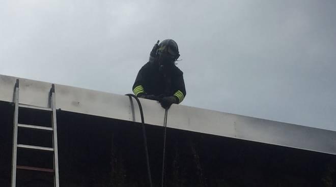 incendio al maneggio di Appiano Gentile: cavalli in salvo