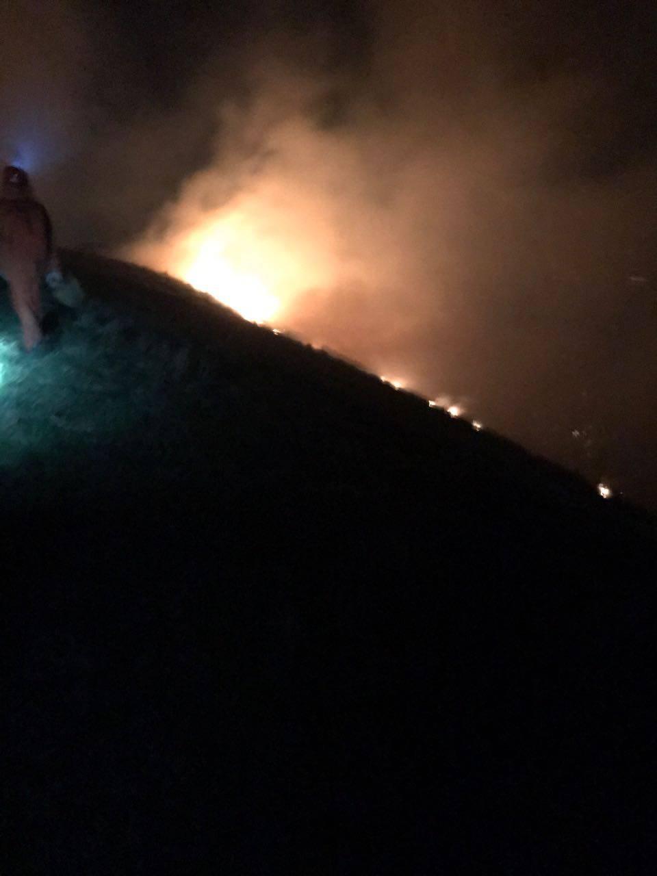 Incendio nei boschi di Pigra: pompieri impegnati tutta la notte