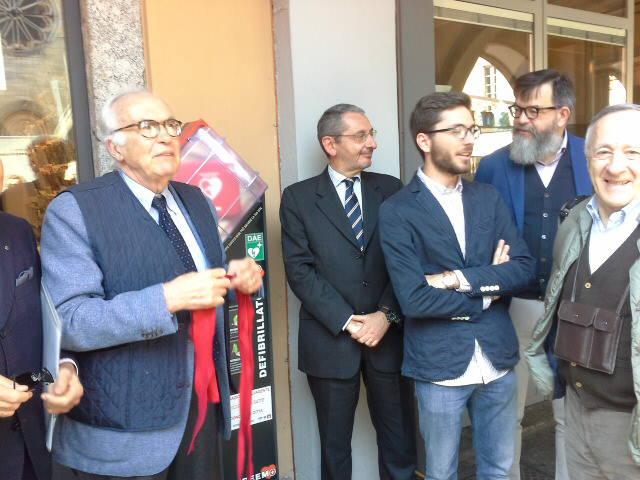 Un nuovo defibrillatore in centro Como: per salvare una vita