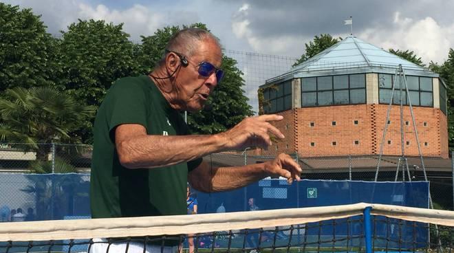 nick bollettieri spiega tennis ai ragazzi a cantù