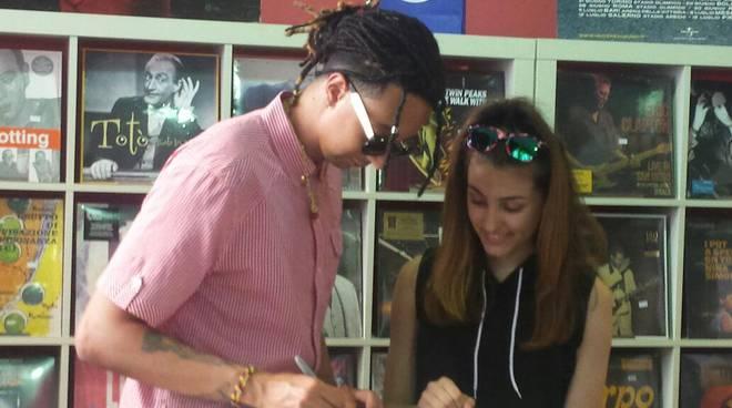 Arriva il rapper Ghali, foto e autografi da Frigerio Dischi