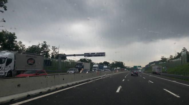 camion in colonna su autostrada a9, tir fermi