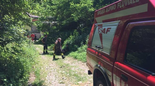 cicloturista recuperato sentiero sterrato solzago pompieri