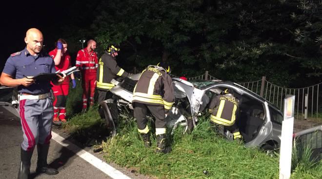 incidente frontale sulla arosio - canzo, vetture nel fossato