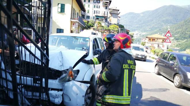 incidente su regina carate urio, auto fuori strada contro cancello