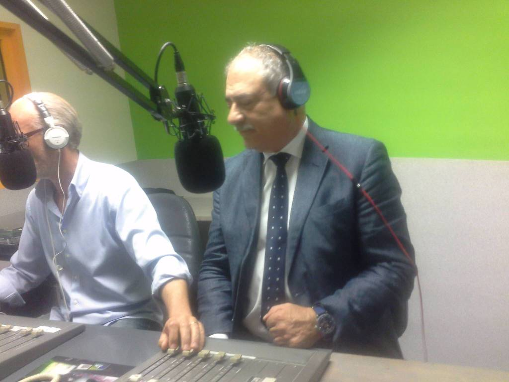 il sindaco passa a salutarci in diretta radio vi