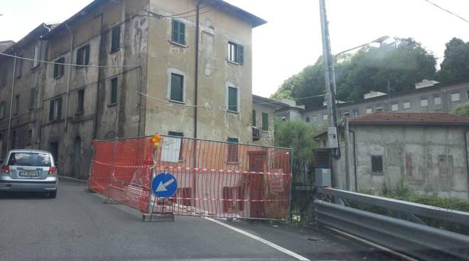 lavori per crollo muro e buca strada como via rienza e solzago