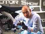 Luca Colombo tenta il record: con la moto sul lago