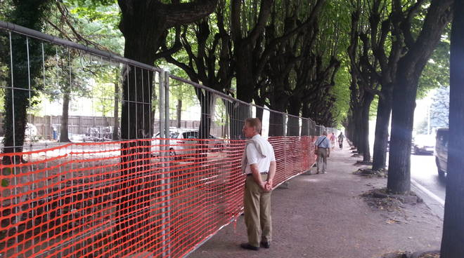 Nuovo lungolago di Como, rimossa la palizzata ai giardini