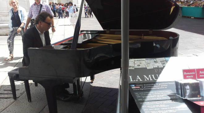 pianista zanarella con piano in centro como