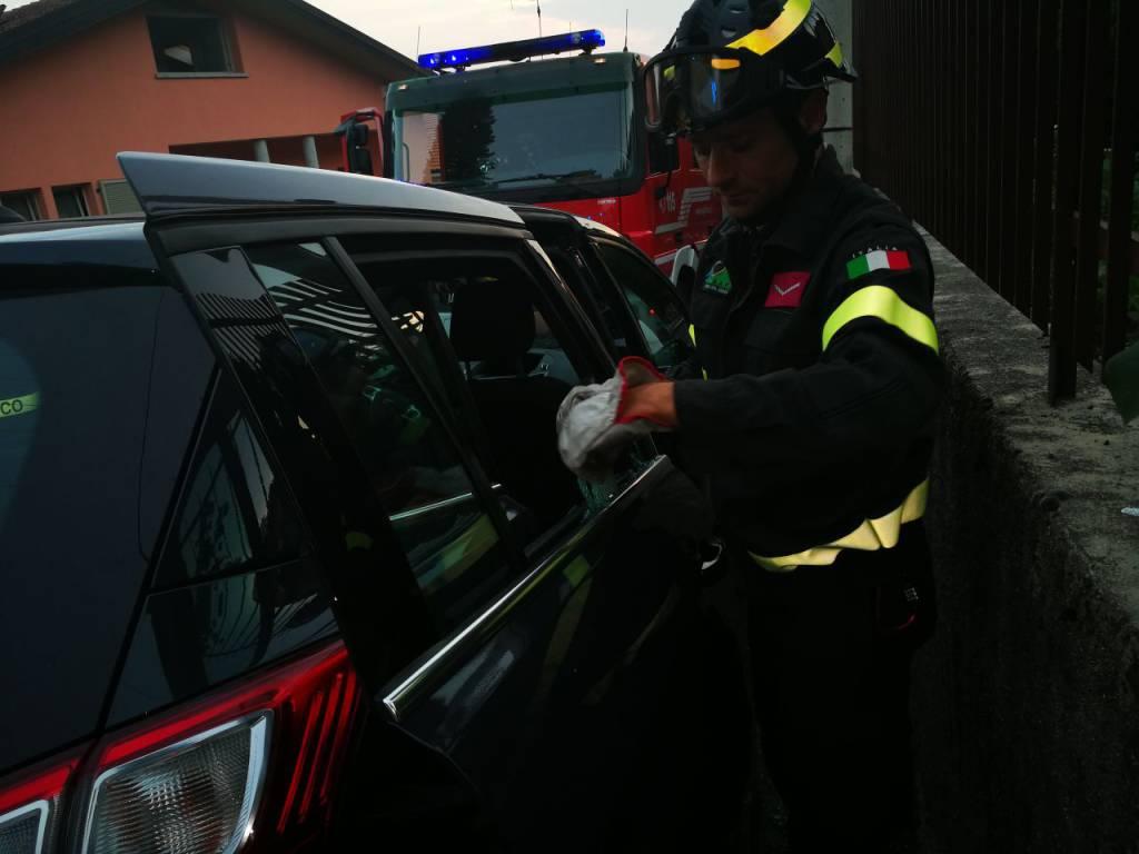 pompieri ad Albate, bimba di pochi mesi chiusa in auto