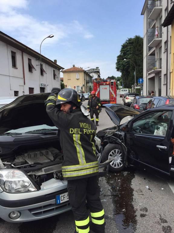 schianto tra due auto, via varesina bloccata