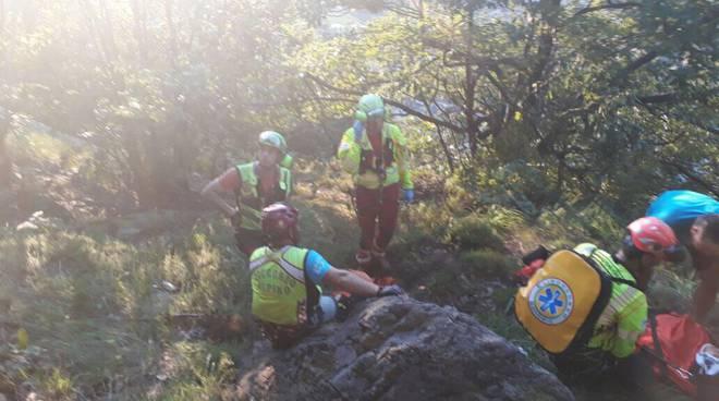 soccorso alpino recupera ragazza nel burrone a delebio
