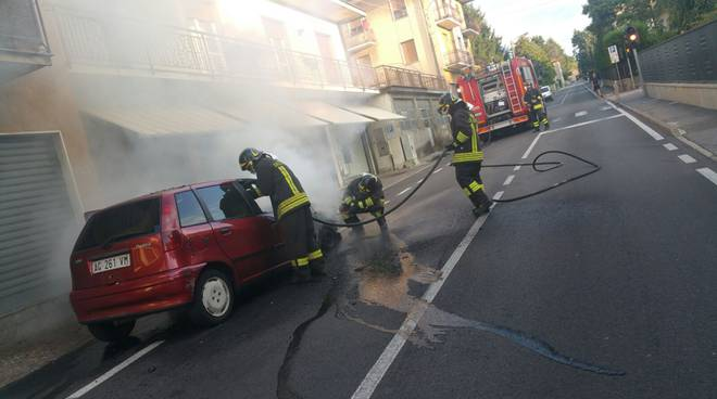 auto in fiamme capiago