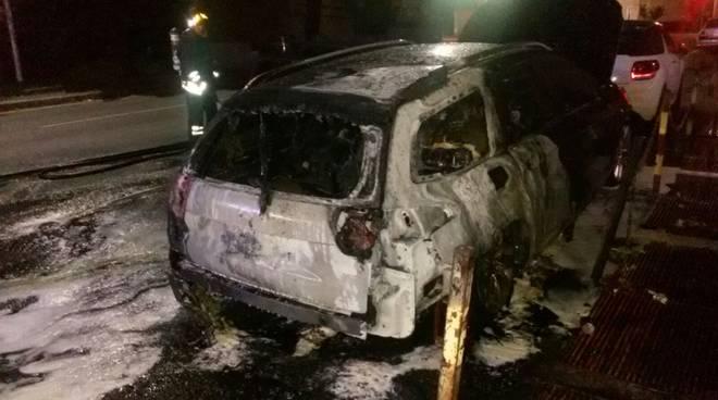 auto incendiata como via torriani nella notte