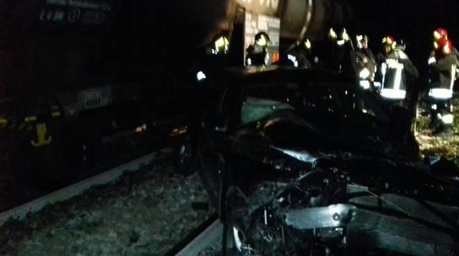 Auto sfonda guard-rail e finisce sui binari a Cucciago