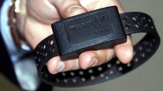braccialetto elettronico per detenuto
