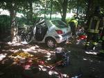 carimate auto fuori strada contro albero