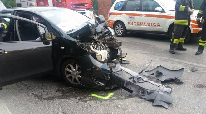 cermenate scontro frontale auto e furgone via negrini