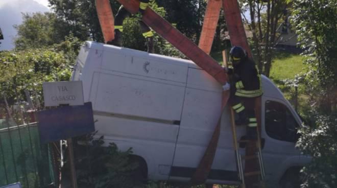 furgone fuori strada a castiglione intelvi provinciale