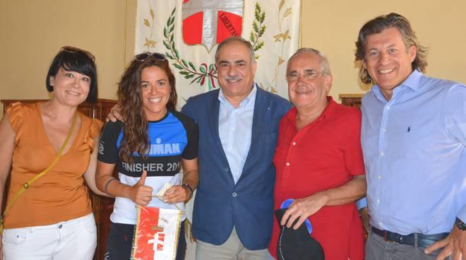 Giulia Dogliani triatleta salutata da Landriscina prima di partire da Como a Capo Nord