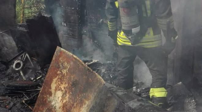 incendio capanno agricolo a cantù: forse dolo