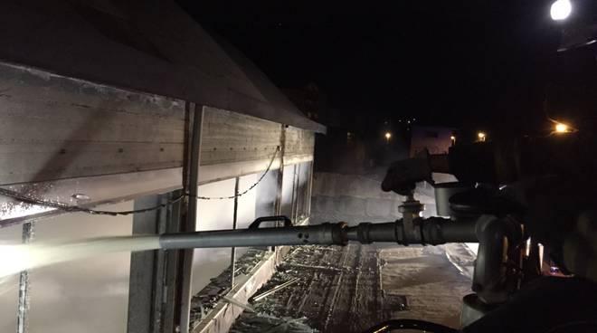 incendio notte capannone industriale erba