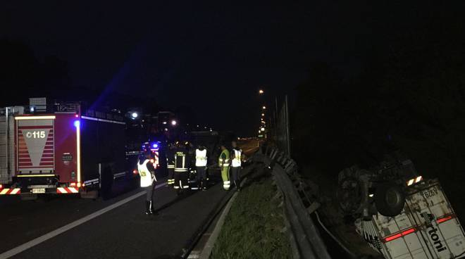 incidente a9 fino, autocarro fuori strada
