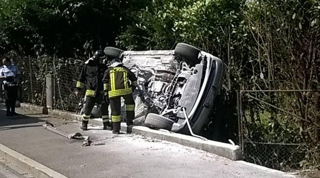 incidente grandate via pasta auto ribaltata pompieri
