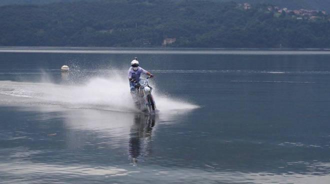 luca colombo in moto sul lago di como