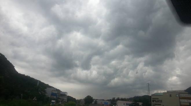 maltempo a como nuvole scure con pioggia su strade