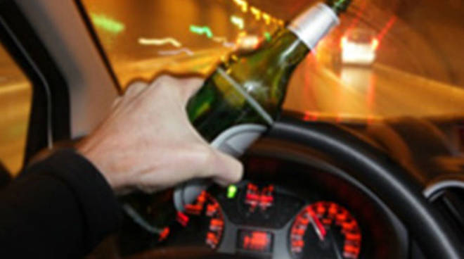 ragazzi con alcool alla guida auto ubriaco